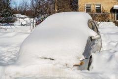Bil i snö efter en snöstorm arkivbilder
