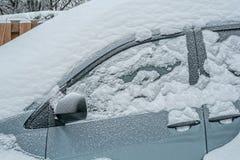 Bil i snö efter en snöstorm royaltyfri fotografi