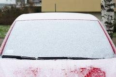Bil i snön, vindruta i snön arkivfoto