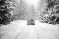 Bil i snöstorm fotografering för bildbyråer