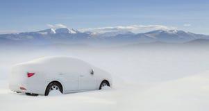 Bil i snow royaltyfria foton