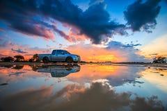 Bil i solnedgången Arkivfoton
