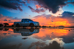 Bil i solnedgången Arkivbilder
