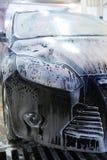 Bil i straffavgift på biltvätt royaltyfri bild