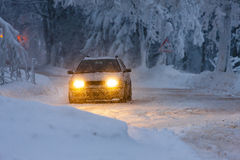 Bil i vinter Arkivbilder