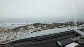 bil inom sikt Bilen går från berget till isen Härlig sikt från bilen till och med vindrutan arkivfilmer