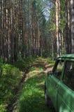 Bil Lada Niva Ryska SUV i skogen royaltyfri foto