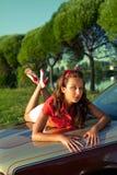 bil lagt retro barn för sommarsolnedgångkvinna Royaltyfri Bild
