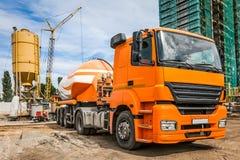 Bil med cement på konstruktionsplatsen Royaltyfria Foton