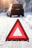 Bil med en sammanbrott i vintern arkivfoton