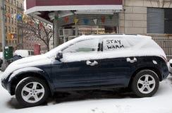 Bil med snö och meddelandet Royaltyfri Foto