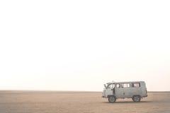 Bil med turister i öken på den Olkhon ön Lake Baikal ryss Sibirien Royaltyfri Foto
