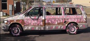 Bil målade rosa färger som slåss bröstcancer Arkivfoton