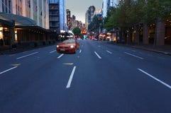 Bil mot en nattstad Arkivfoton