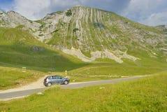 Bil nära det Prutash berget, Montenegro royaltyfri fotografi