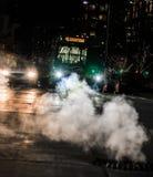 Bil och buss på stadsgenomskärningen arkivfoto