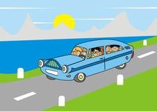 Bil och familj i natur Arkivbild