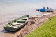 Bil och fartyg i flodvattnet Royaltyfri Foto