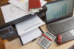Bil- och husägareförsäkring bildar med pennan, dollar, räknemaskinnolla Arkivfoton