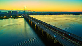 Bil- och järnvägbro i Kiev, huvudstaden av Ukraina Bro på solnedgången över den Dnieper floden Kiev bro Royaltyfri Bild