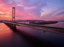 Bil- och järnvägbro i Kiev, huvudstaden av Ukraina Bro på solnedgången över den Dnieper floden Kiev bro Arkivfoto