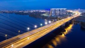 Bil- och järnvägbro i Kiev, huvudstaden av Ukraina Bro på solnedgången över den Dnieper floden Kiev bro Royaltyfri Fotografi