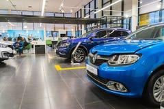 Bil och köpare i visningslokal av återförsäljaren Renault i den Kazan staden Royaltyfria Bilder