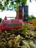 Bil och kvarter i sandlådan Arkivbilder