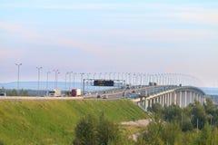 Bil- och lastbilflyttning på den moderna bron Royaltyfri Bild