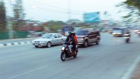 Bil och motorcykel som kör på vägen med trafikstockning Arkivbild