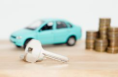 Bil och mynt på en vit bakgrund royaltyfri foto