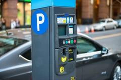 Bil och parkeringsmaskin med elektronisk betalning på New York parkering Arkivfoto