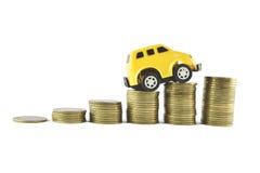 Bil- och pengaridéer för att spara på vit bakgrund Arkivbilder
