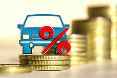 Bil och rött procenttecken på en bakgrund av pengar Royaltyfri Bild