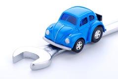 Bil och skiftnyckel royaltyfri bild