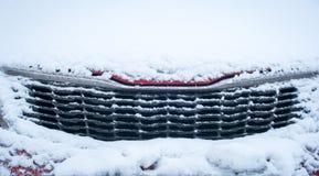 Bil och snö Arkivfoto