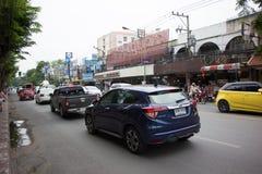 Bil och trafik på den Chiangmai stadsvägen Arkivbild