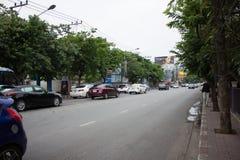 Bil och trafik på den Chiangmai stadsvägen Royaltyfria Bilder