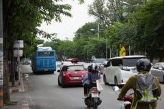Bil och trafik på den Chiangmai stadsvägen Royaltyfri Fotografi