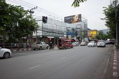 Bil och trafik på den Chiangmai stadsvägen Royaltyfria Foton