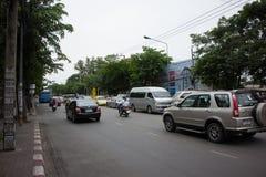 Bil och trafik på den Chiangmai stadsvägen Fotografering för Bildbyråer