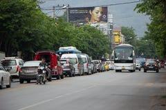 Bil och trafik på den Chiangmai stadsvägen Arkivbilder