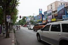 Bil och trafik på den Chiangmai stadsvägen Royaltyfri Foto