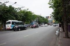 Bil och trafik på den Chiangmai stadsvägen Arkivfoto