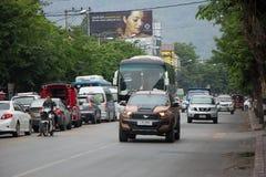 Bil och trafik på den Chiangmai stadsvägen Arkivfoton