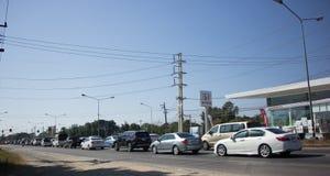 Bil och trafik på huvudvägvägen nära Juction Royaltyfria Bilder