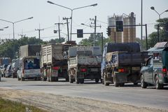 Bil och trafik på huvudvägvägen nära Juction Arkivfoto