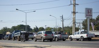 Bil och trafik på huvudvägvägen nära Juction Arkivbild