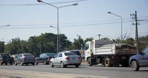 Bil och trafik på huvudvägvägen nära Juction Arkivfoton