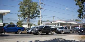 Bil och trafik på huvudvägvägen nära Juction Royaltyfri Bild